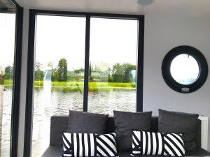 salon z widokiem na rzekę, dom na wodzie