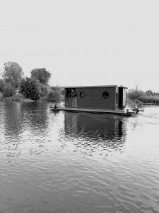 pływający domek na wodzie